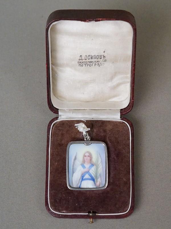 Образок «Святой Ангел Хранитель» в футляре, серебро 84 пробы, клеймо «П. Овчинников», живописная эмаль, общий вес 20,43г., 3,5 × 3см. На обороте дарственная надпись: «Благословение 20 июнь 1904г.»
