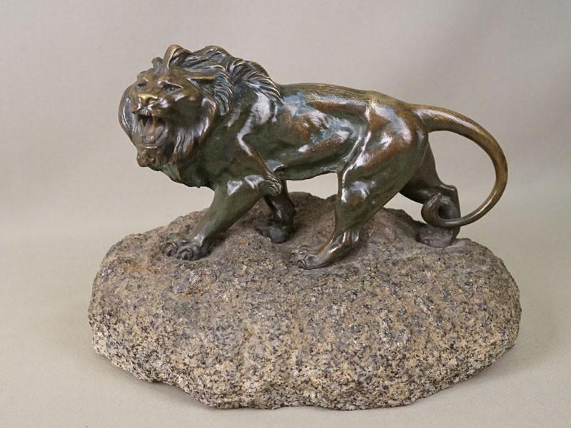 Скульптура «Лев», бронза, литье, патинирование; постамент камень, длина 26см, начало XX века