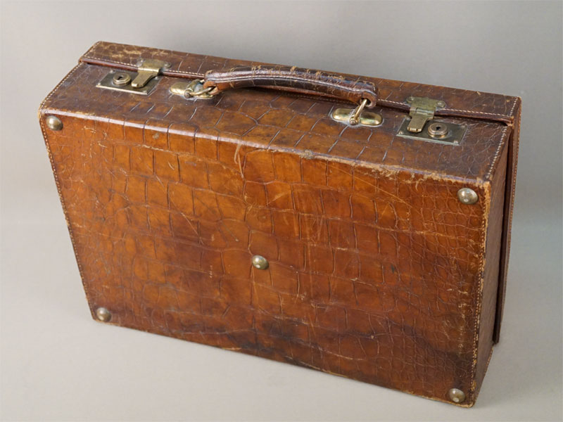 Чемодан дорожный, крокодиловая кожа, латунь, начало XX века, 46 × 30 × 14см