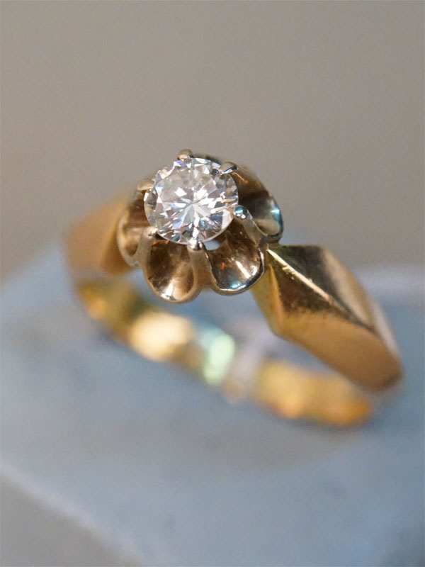 Кольцо «Тюльпан», золото 583 пробы, общий вес 4,85г. Вставки: 1 бриллиант (Кр57 – 0,40ct 4/3). Размер кольца 17.