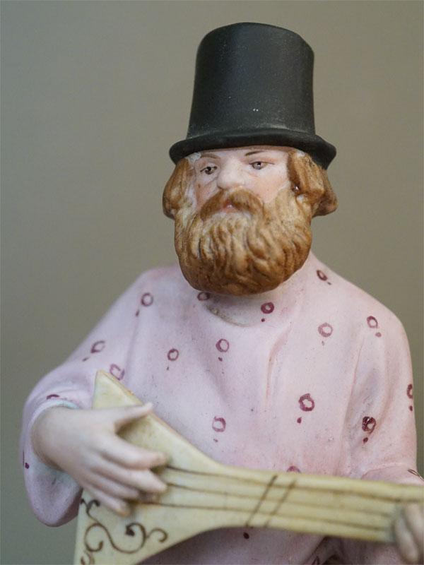 Скульптура «Балалаечник», бисквит, роспись. Завод Гарднера, 1870-1890-е годы, высота 22см