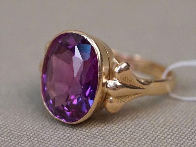 Кольцо, золото 583 пробы, вставка: выращенный корунд; общий вес 5,68г. Размер кольца 17,5