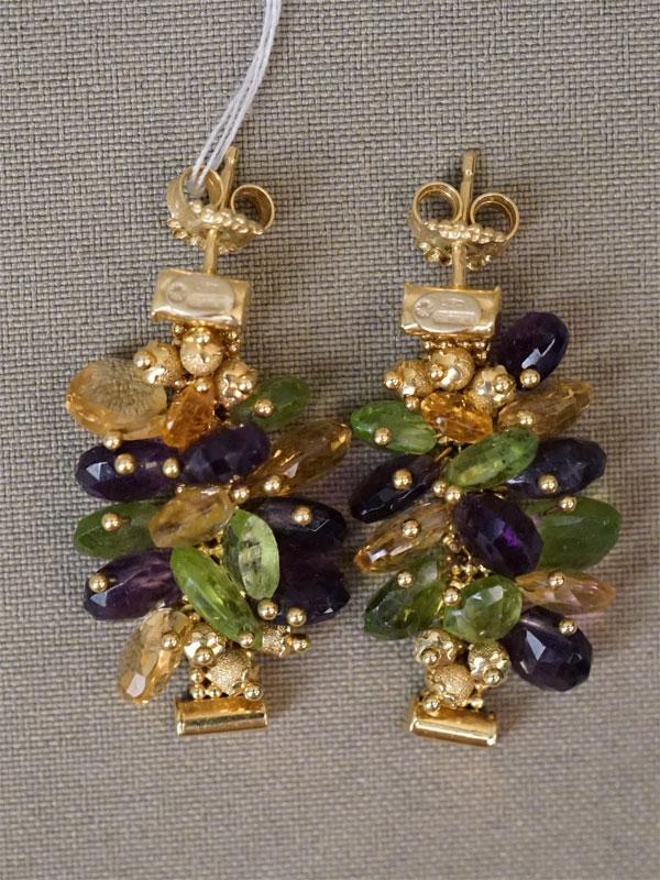 Серьги-пусеты, золото 750 пробы, вставки: аметисты, цитрины, хризолиты; общий вес 15,25г.