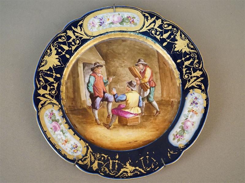 Тарелка «В трактире», фарфор, роспись, золочение. Западная Европа, 1772 год, диаметр 23,8см