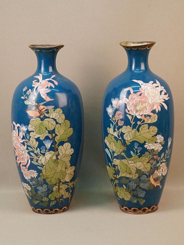 Вазы парные «Цветы», металл, эмаль клуазоне. Япония, конец XIX века, высота 37,5см (помятости, утраты эмали)