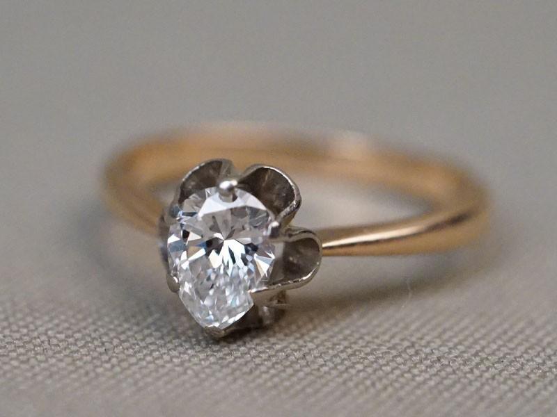 Кольцо, золото 583 пробы, общий вес 3,10г. Вставки: 1 бриллиант («Груша» — 0,80ct 6/5). Размер кольца 18.