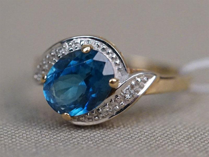 Кольцо,  золото 375 пробы, общий вес 2,21г.  Вставки: 4 бриллианта (Кр17 – 0016ct 3/3-4); 1 топаз («Овал»). Размер кольца 18,25.