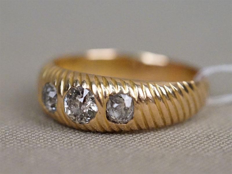 Кольцо,  золото 56 (500) пробы, общий вес 4,43г. Вставки: бриллианты (1бр «Старой» огр. – 0,33ct 7/10; 2бр «Старой» огр. – 0,40ct 4/6). Размер кольца 18,5