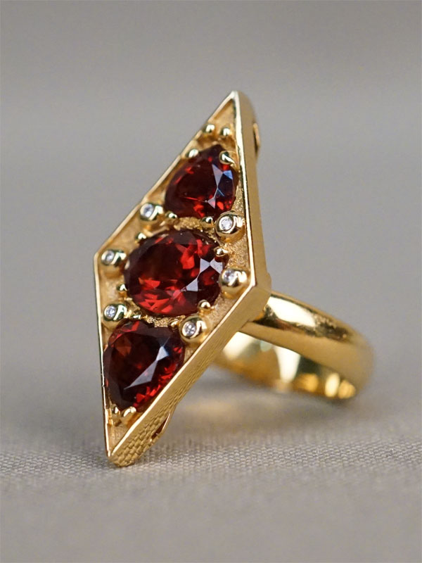 Кольцо, золото 585 пробы, общий вес 9,15г. Вставки: гранаты, бриллианты (4бр Кр57 – 0,019ct 4/4; 2бр Кр17 – 0,009ct 3/3)
