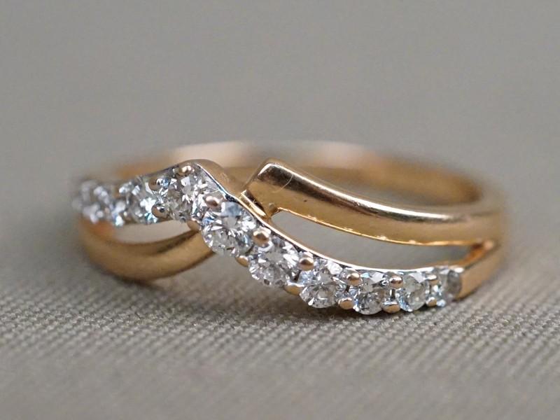 Кольцо, золото 585 пробы, общий вес 3,2г. Вставки: 11 бриллиантов (Кр57 – 0,52ct 4/4-5). Размер кольца 18,5