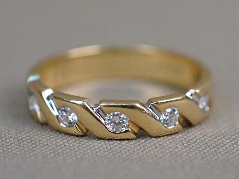 Кольцо, золото 750 пробы, общий вес 4,61г. Вставки: 5 бриллиантов (Кр57 – 0,24ct 3/3). Размер кольца 18