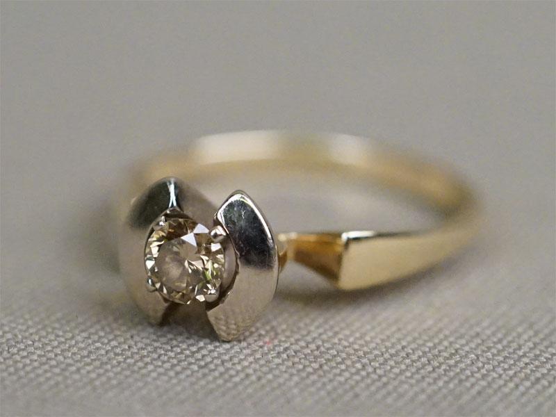 Кольцо, золото 585 пробы, общий вес 3,22г. Вставки: 1 бриллиант (Кр57 — 0,31ct 9-3/8).