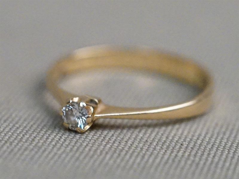 Кольцо, золото по реактиву (18К), общий вес 1,82г. Размер кольца 17,5.