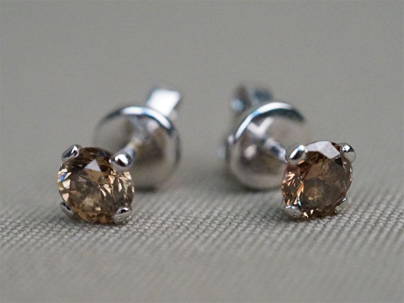 Серьги-пуссеты, золото по реактиву (замок 750 пробы), общий вес 2,38г. Вставки: 2 бриллианта (Кр57- 1,13ct 9-4/8)