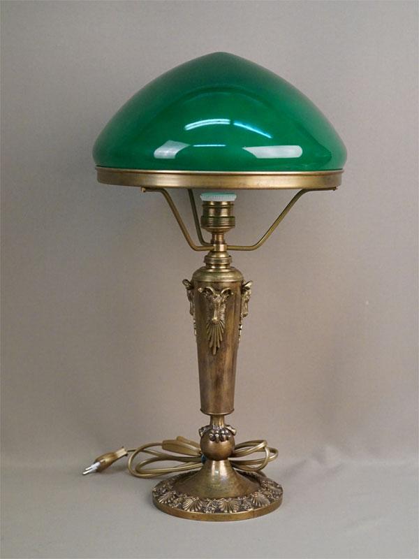 Лампа настольная с зеленым абажуром, бронза, стекло, начало XX века, 52 × 28см