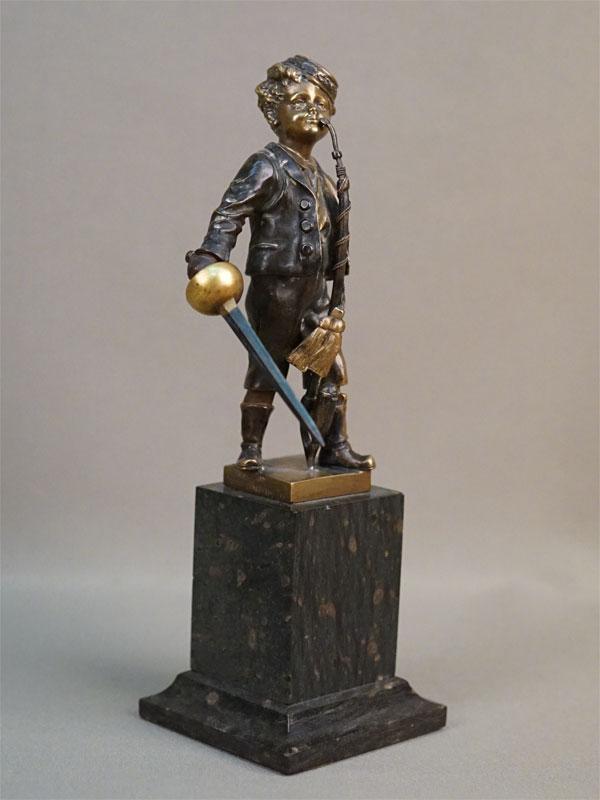 Скульптура «Юный повеса с трубкой и шпагой», бронза, литье, патинирование, постамент камень, высота 21см, конец XIX  — начало XX века