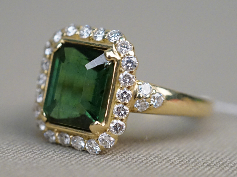 Кольцо, золото 750 пробы, общий вес 8,12г. Вставки: 1 зеленый турмалин («Октагон» – 4,29ct); 28 бриллиантов (Кр57 – 0,57ct 3-4/4-6). Размер кольца 17,5. Экспертиза.