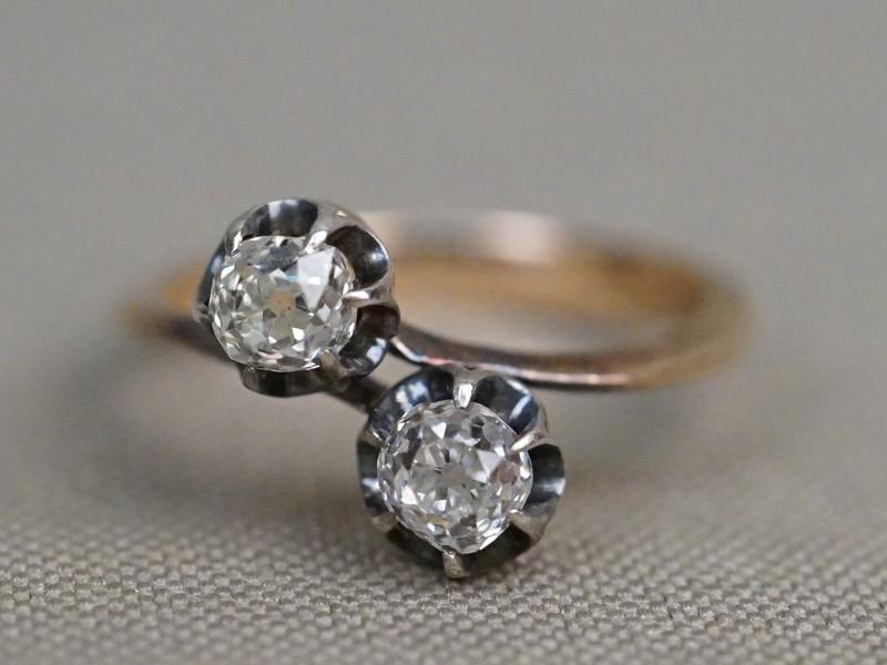 Кольцо «Поцелуй», золото по реактиву, 2 бриллианта, общий вес 2,29г. Размер кольца 16. Экспертиза.