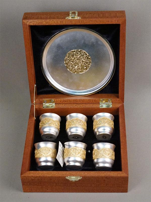 Набор в деревянном футляре: шесть стопок и поднос, серебро 925 пробы, скань, золочение, общий вес 564,5г., высота стопок 4,5см, диаметр подноса 15см