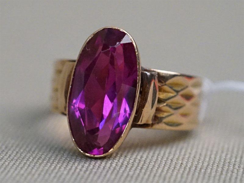 Кольцо, золото 583 пробы, выращенный корунд, общий вес 4,54г. Размер кольца 17,5.