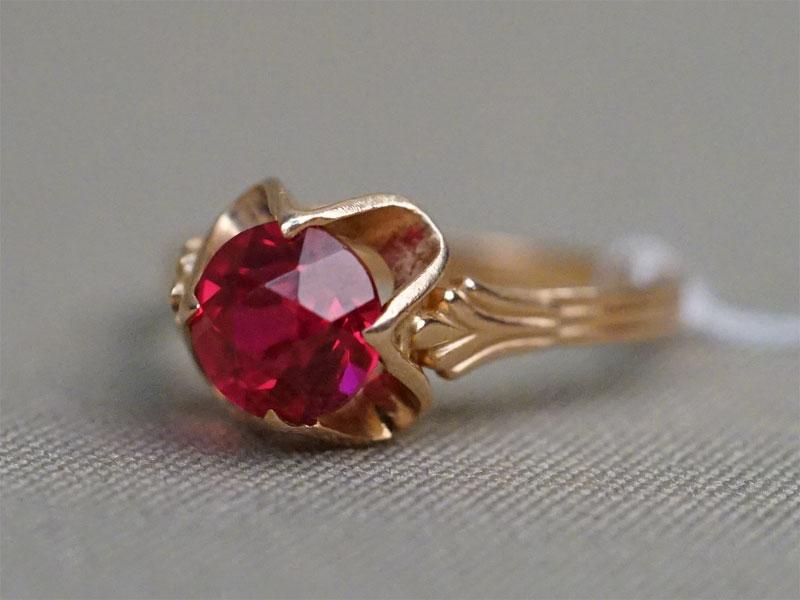 Кольцо, золото 583 пробы, выращенный рубин, общий вес 3,38г. Размер кольца 18.