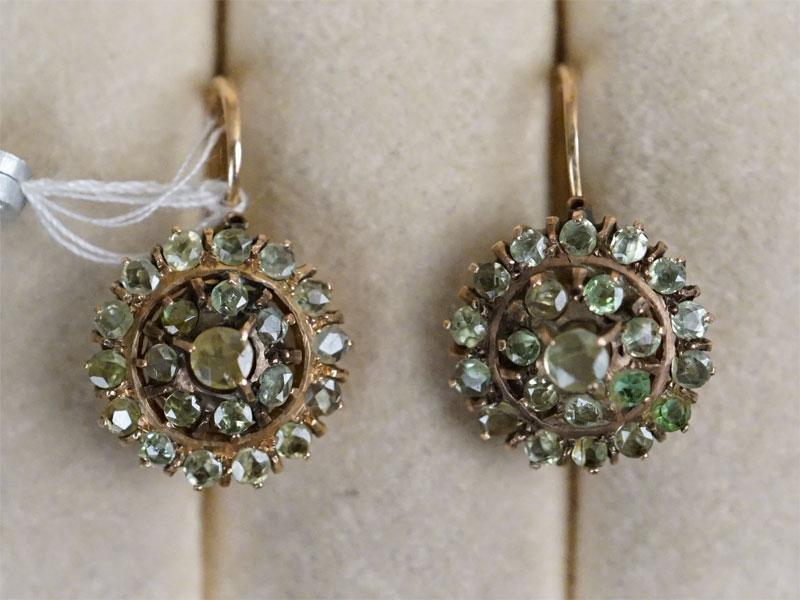 Серьги «Малинка», золото по реактиву, демантоиды, 2 зеленых стекла, общий вес 4,61г.