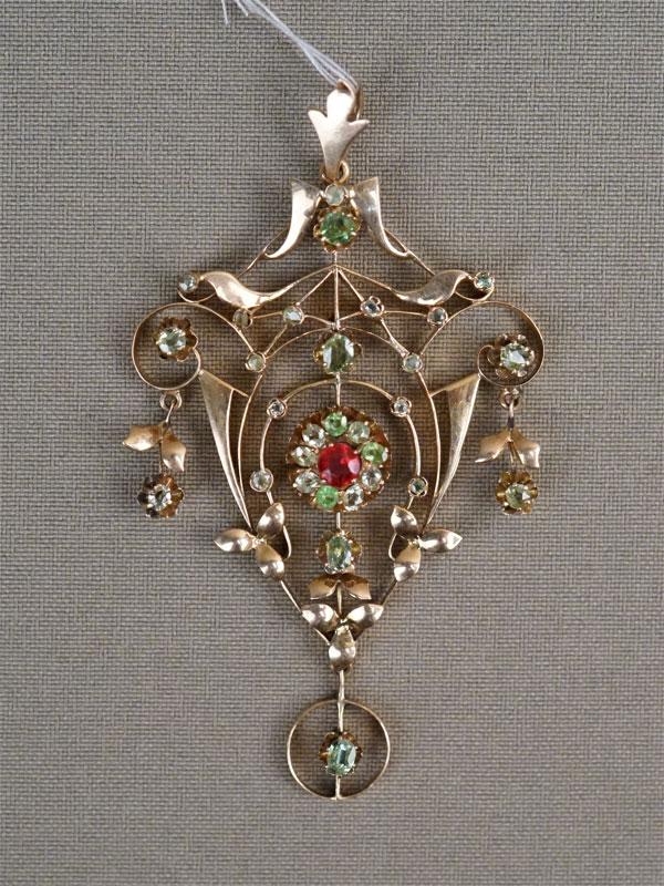 Подвеска, золото 56 пробы, общий вес 10,87г. Вставки: демантоиды, 1 зеленое стекло, красный дублет.