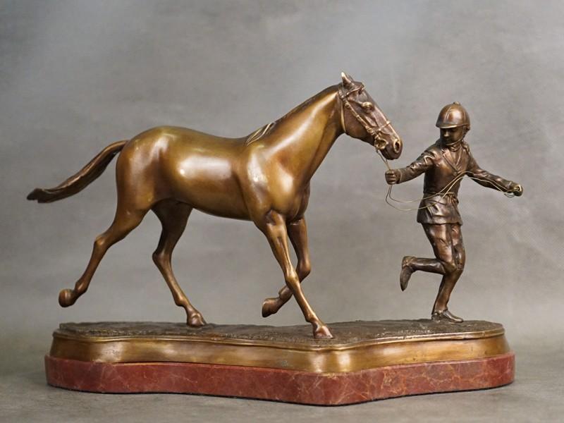Скульптура «Жокей с лошадью», бронза, литье, патинирование. Западная Европа, начало XX века, длина 34см