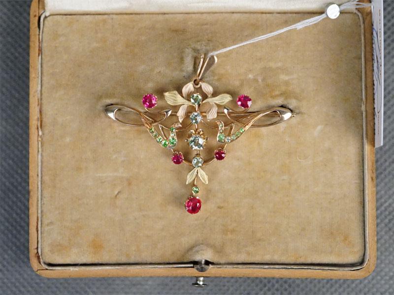 Подвеска в футляре, золото 56 пробы, демантоиды, выращенные рубины, общий вес 8,64г.