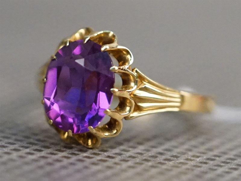 Кольцо, золото 750 пробы, выращенный корунд, общий вес 4,83г. Размер кольца 18