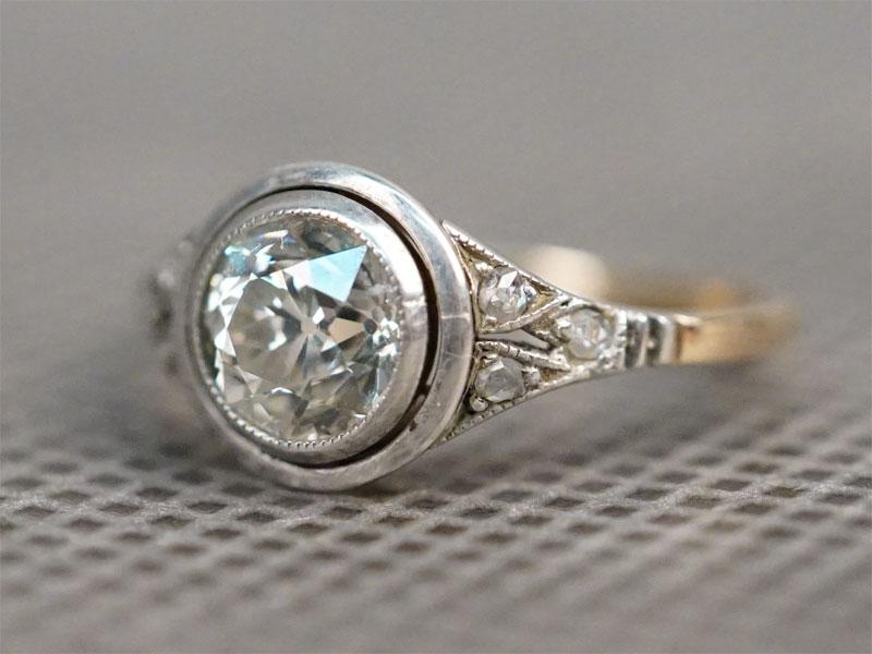 Кольцо, золото 583 пробы и серебро 875 пробы, общий вес 2,2г. Вставки: бриллианты (1бр «Старой» огр. -1,27ct 7/6; 6 бр «Роза»). Размер кольца 16,5.