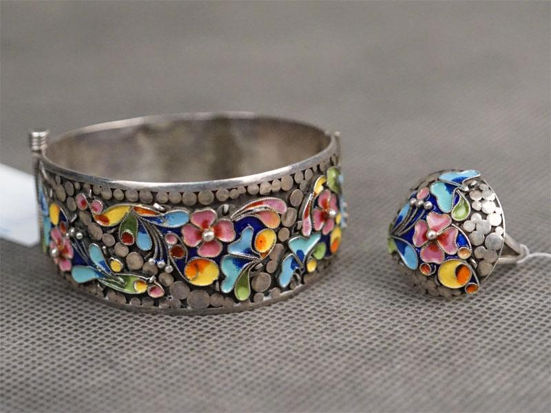 Комплект: браслет и кольцо, серебро по реактиву, эмаль, общий вес 58,6г.