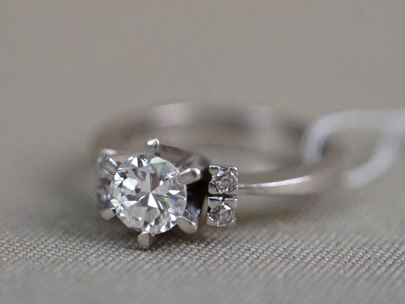 Кольцо, золото по реактиву, общий вес 24,42г. Размер кольца 17,5. Вставки: бриллианты (1бр «Старой» огр. – 0,90ct 6/8; 4бр «Старой» огр. – 0,10ct 4/4).