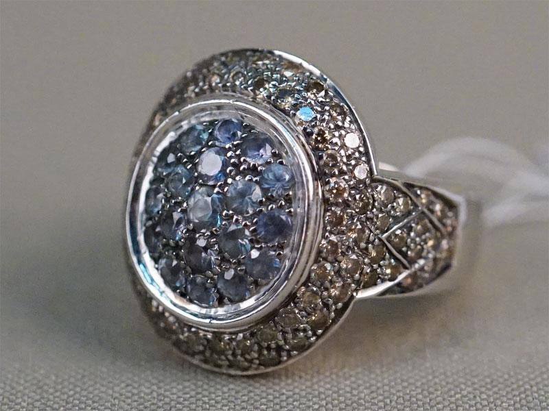 Кольцо, золото по реактиву (18К), общий вес 16,64г. Вставки: 86 бриллиантов (Кр57 – 1,50ct 9-3/5-7);  19 сапфиров («Круг» — 1,20ct). Размер кольца 17,5. Экспертиза.