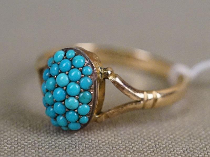 Кольцо, золото 375 пробы по реактиву, общий вес 2,57г. Вставки: природная бирюза. Размер кольца 18,5