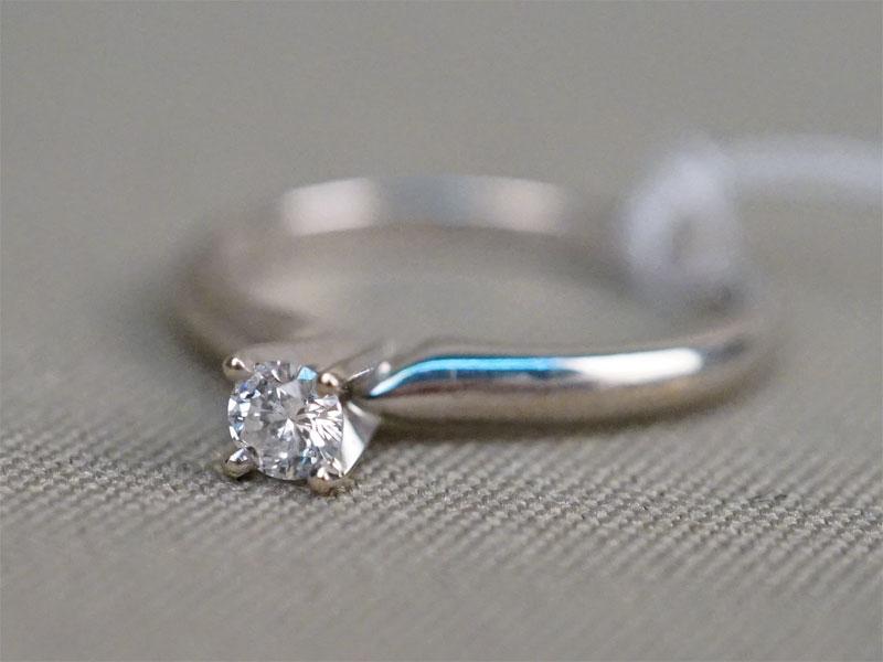 Кольцо, золото по реактиву (18К), общий вес 2,31г. Вставки:1 бриллиант (Кр57 – 0,18ct 4/6)