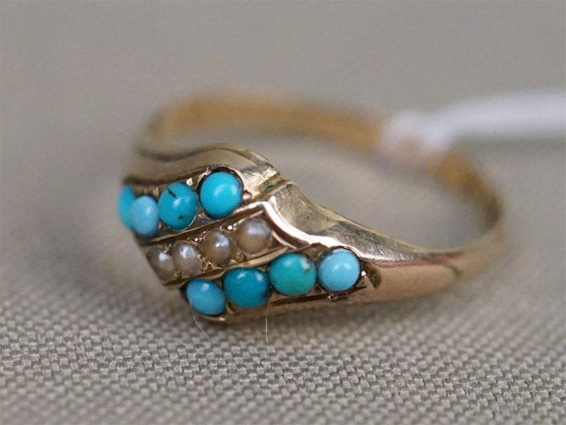 Кольцо, золото 375 пробы, общий вес 1,41г. Вставки: природная бирюза и природный жемчуг. Размер кольца 17,25. Экспертиза.
