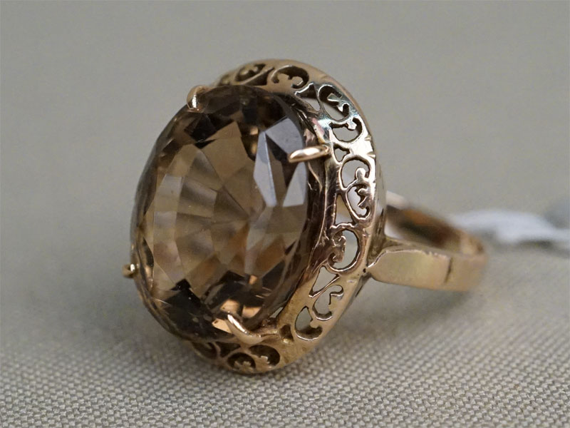 Кольцо, золото по реактиву, общий вес 4,23г. Вставки: дымчатый кварц (14,63ct). Экспертиза. Размер кольца 17,5