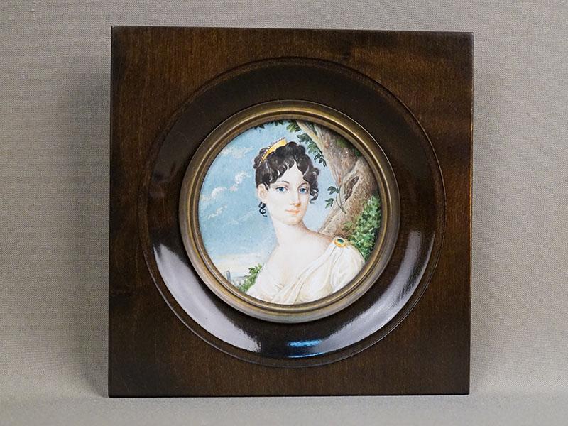 Миниатюра в раме «Портрет молодой женщины», живопись на кости, начало XX века, размер рамы 15 × 15см