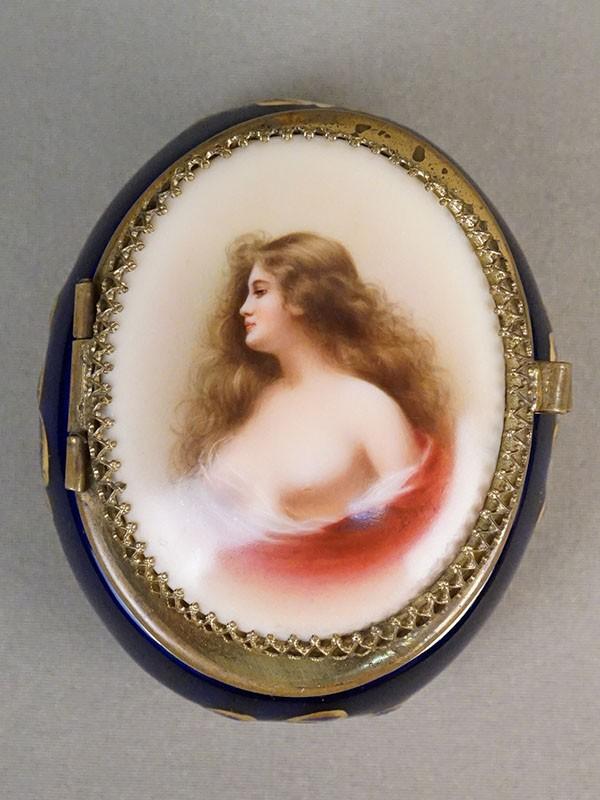Шкатулка «Портрет девушки», фарфор, металл, роспись, деколь. Германия, начало XX века, длина 8,5см