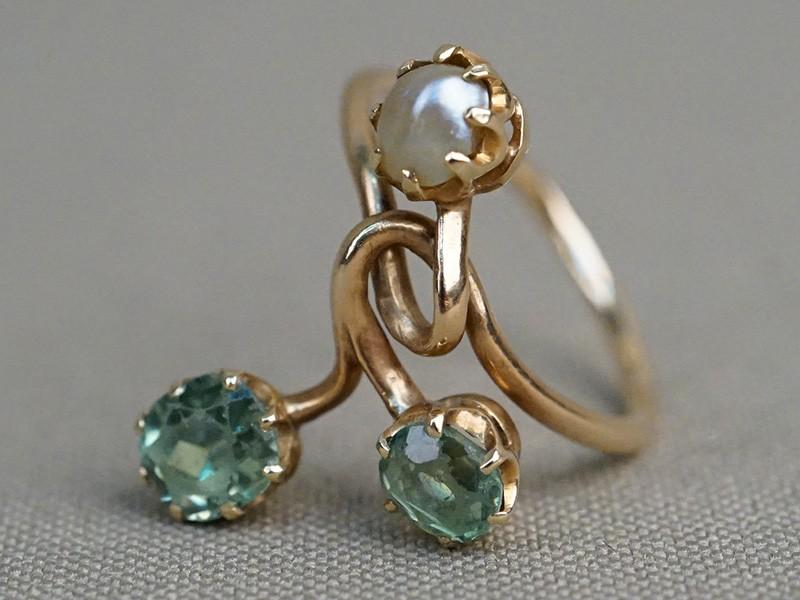 Кольцо «Веточка», золото 56 пробы, демантоиды, природный жемчуг, общий вес 2,90г.
