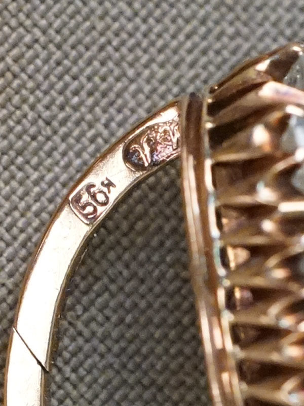 Серьги в футляре, золото 56 пробы, конец XIX века, общий вес 9,48г. Вставки: бриллианты (1бр Кр58 – 0,31ct 6/8; 2бр Кр58 – 0,60ct 7/7-8; 21бр Кр 58 – 4,57ct 4/5-6). Экспертиза.