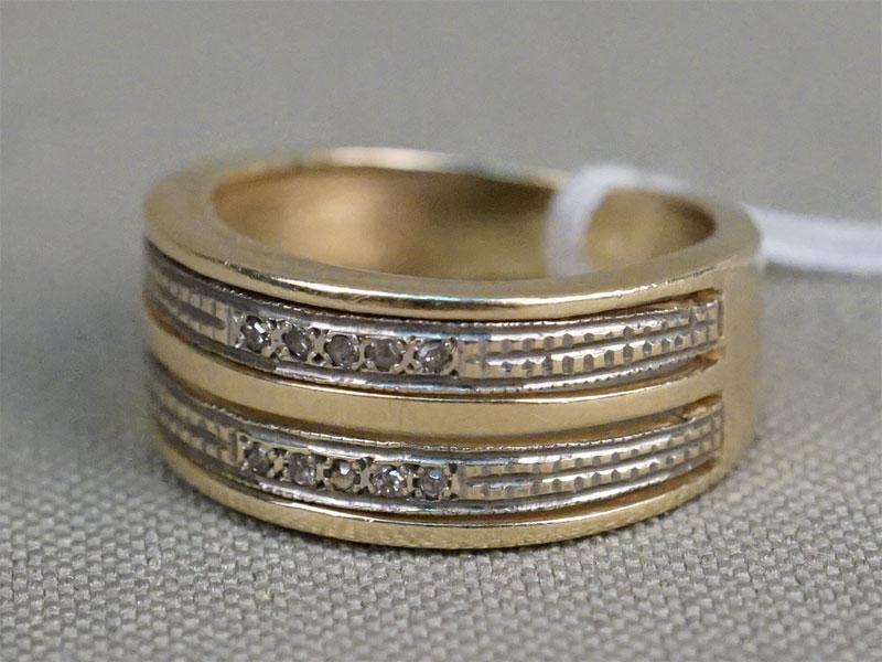 Кольцо, золото по реактиву, общий вес 3,35г. Вставки: 10 бриллиантов (Кр17 0 0,04ct 3/4-5). Размер кольца 14,25.