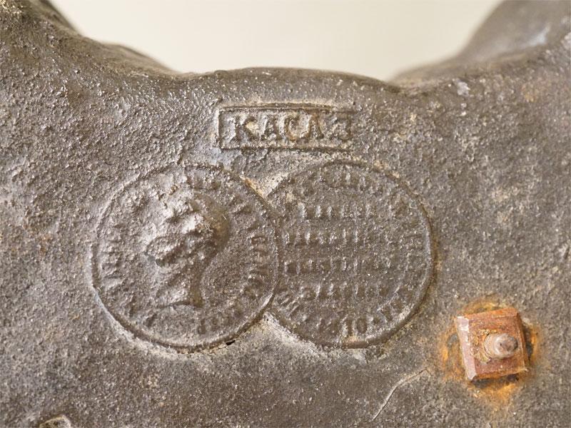 Скульптура «Колесница Амура» (в каталоге: «Мальчики с цветами и венками везут девочку на колеснице»), чугун, литье, покраска. Касли, отливка 1898 года по модели А.К. Шписа 1850-1860-х годов. Размеры: высота 21,2см, длина 33,3см