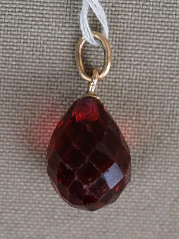 Подвеска «Пасхальное яйцо», золото по реактиву, красное стекло, конец 19 века, общий вес 3,24г.