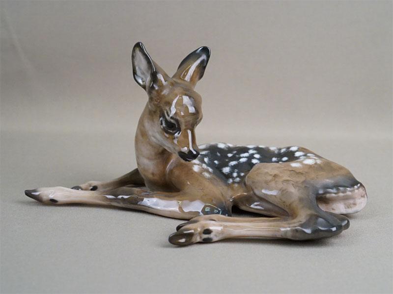 Скульптура «Лежащий олененок», фарфор, роспись. Германия, Rosenthal, 1950-е годы, длина 23см