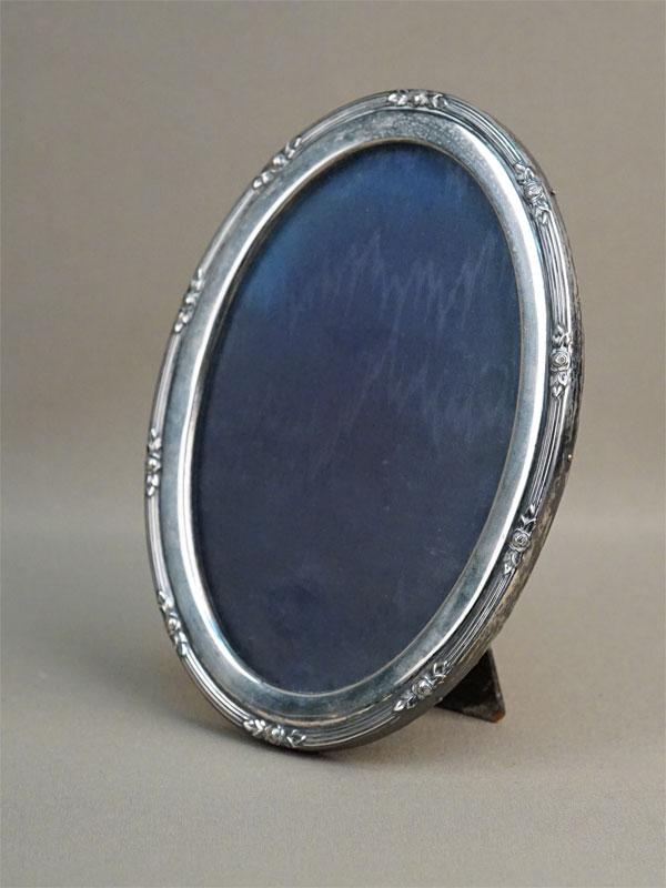 Рамка для фото настольная, серебро 800 пробы. Западная Европа, конец XIX —  начало XX века, 18 × 13см (внешний размер)