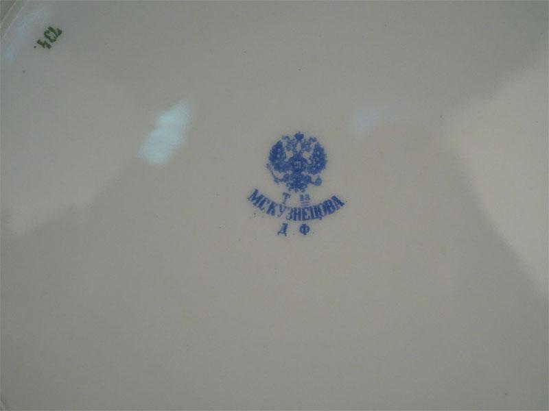 Шесть тарелок подстановочных в стиле модерн, фарфор, роспись, золочение. Фабрика М.С.Кузнецова, начало XX века, диаметр 24,5см