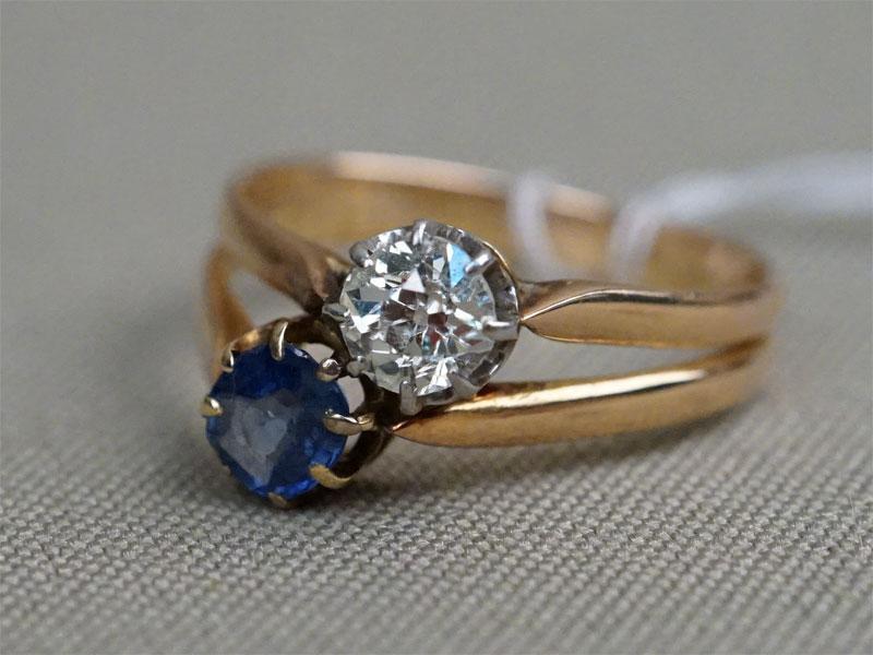 Кольцо в футляре, золото по реактиву, общий вес 3,21г. Вставки: 1бр. («Старой» огр. – 0,48ct 7/8), 1 сапфир 0,45 ct 4/2. Размер кольца: 17,5.