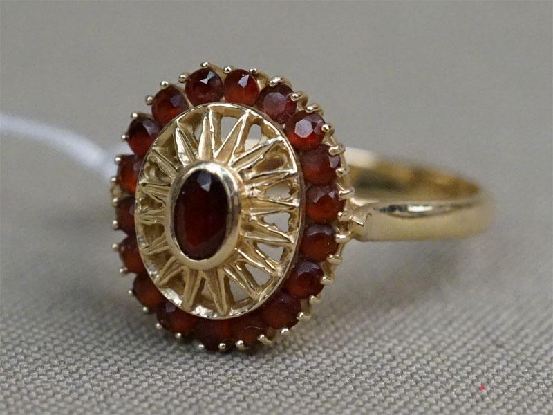 Кольцо, золото по реактиву (585 пробы), вставки: гранаты, общий вес 4,35г. Размер кольца 19,5